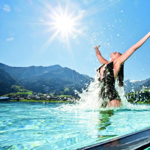 Enjoying wellness in the skylinepool | © TAUERN SPA Zell am See - Kaprun